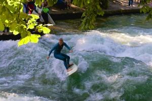 Eisbach Surferin Foto: Rainer Schuppe